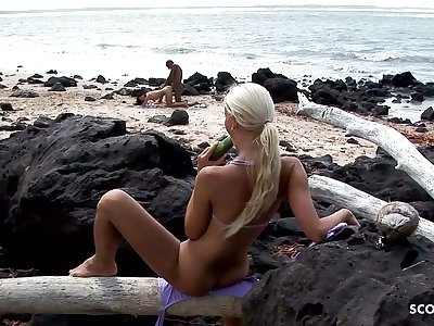 Voyeur Girl Watch Interracial Couple Fuck at Beach and Mast