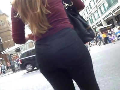 Hey enjoy a kinky amateur cookie in tight black pants walking outdoors